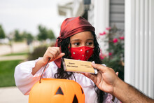 Halloween: Girl With Face Mask...