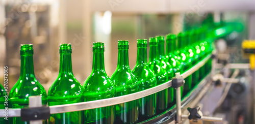 Beer or wine bottles on the conveyor belt Fototapet