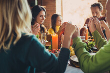 Photo Of Big Family Prayer Tradition Hold Hands Thanks Giving Dinner Holiday Sit Served Table Turkey Living Room Indoors