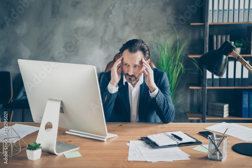 Fotomural Portrait of his he nice handsome devastated miserable frustrated man feeling bad