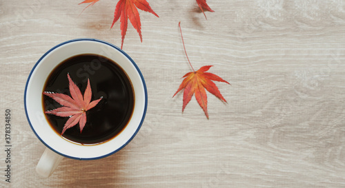 Obraz Coffee and autumn leaves on the table.  テーブルの上の紅葉とコーヒー - fototapety do salonu