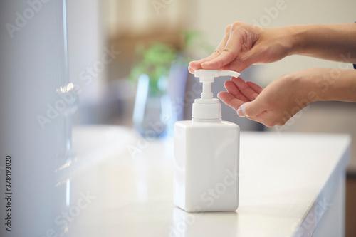Obraz na plátně アルコール除菌をする女性の手元