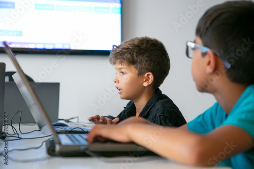 Foto Caucasian boy reading task aloud during lesson