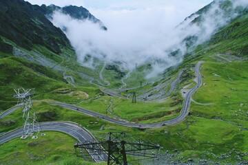La Transfagarasan o DN7C es la segunda carretera pavimentada más alta de Rumanía. Foto de la ladera norte de la montaña, en el valle del río Balea. Carretera ubicada en los Cárpatos de Rumania.
