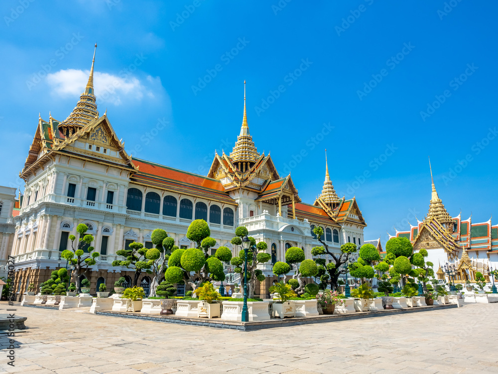 Fototapeta Chakri Maha Prasart Throne Hall, one of the most important and beautiful hall in The Grand Palace in Bangkok, Thailand, under summer blue sky