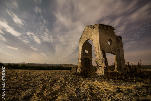 Fotografía cortijo en ruinas con nubes movidas
