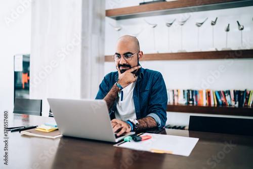 Middle Eastern male entrepreneur in optical eyewear for vision protection sittin Fototapet