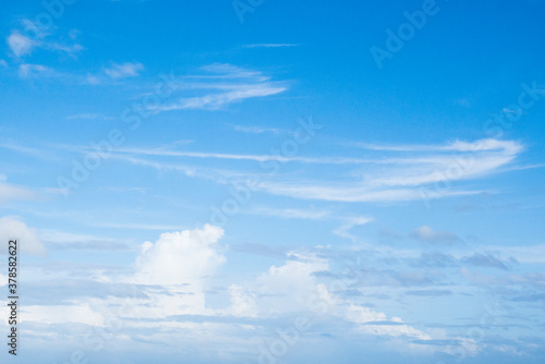 Photo もくもくした雲の多い青い空
