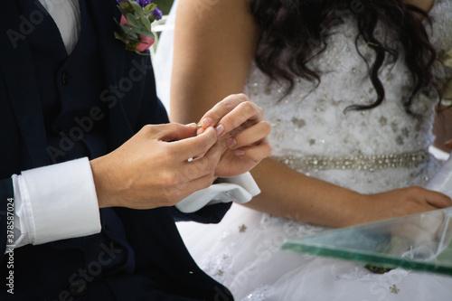 Manos de hombre joven en su boda Canvas Print