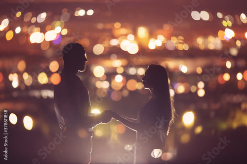 Canvastavla Romantic Lovers couple against background night city, sky star