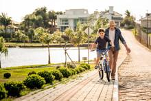 Avô Ensinando Neto Andar De Bicicleta