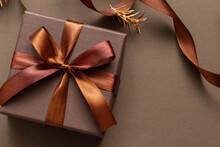 茶色のリボンとギフトボックスの温かい洗練されたプレゼントのイメージ