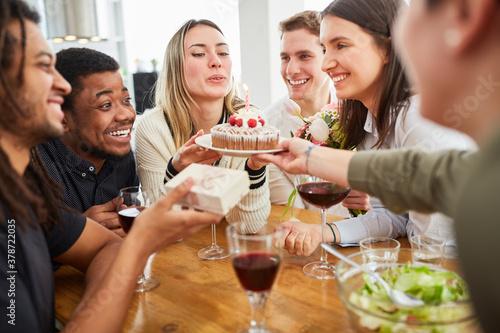 Gruppe Freunde gratulieren zum Geburtstag mit Kuchen #378722035