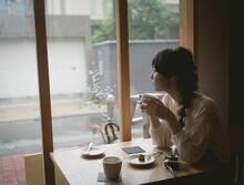 カフェで紅茶を飲む三...