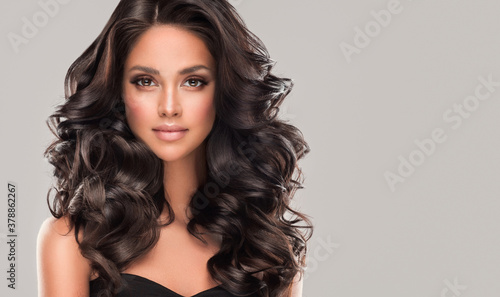 Canvas Print Beauty brunette girl with long  and   shiny wavy black hair