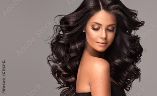 Billede på lærred Beauty brunette girl with long  and   shiny wavy black hair