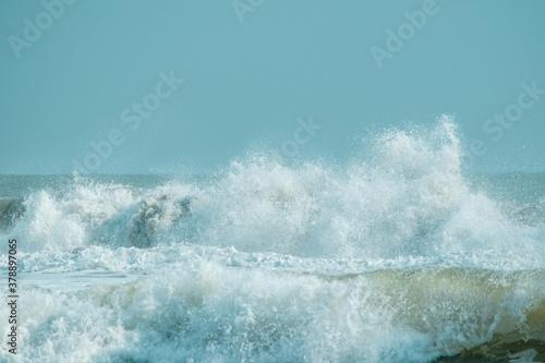 Fotografía 激しい波音、荒れる冬の海