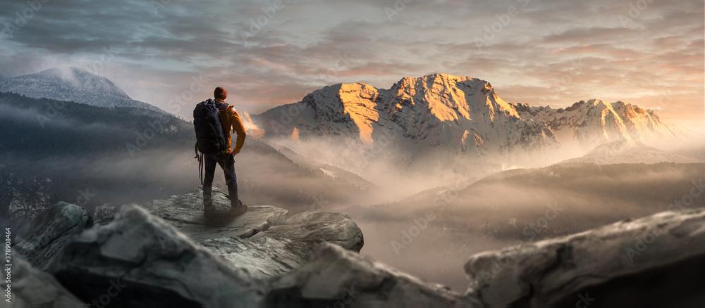 Fototapeta Wanderer auf einem Gipfel in winterlicher Berglandschaft