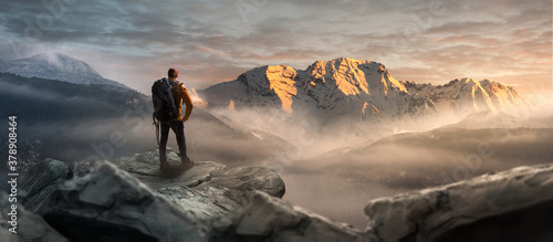 Wanderer auf einem Gipfel in winterlicher Berglandschaft - 378908464