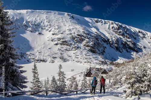 Fototapeta Turyści podziwiają widok - panoramę na Karkonosze obraz