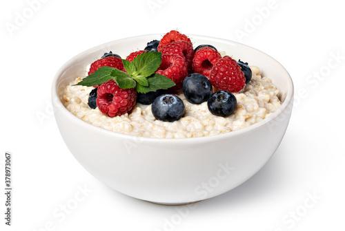 Fotografia prepared oatmeal with berries
