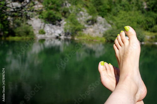 Fototapeta doigts de pieds en éventail au lac bleu de champclause en haute loire obraz