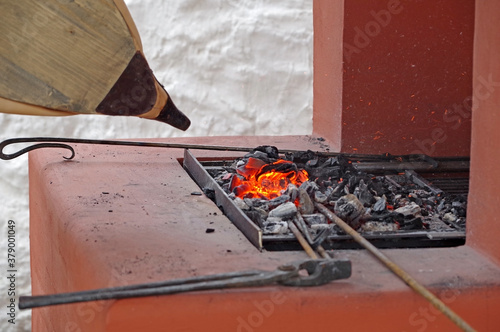 Fotografía bellows of the blacksmith fanning the fire in the coals