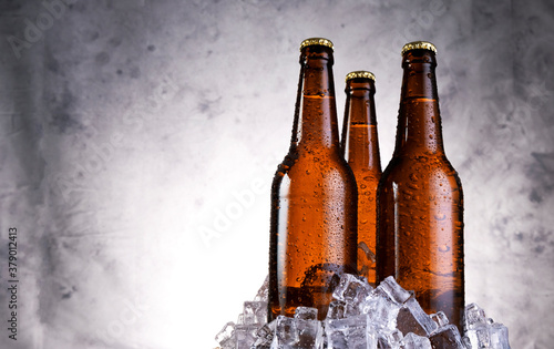Canvastavla Cold light beer with water drops, beer bottles with ice cubes