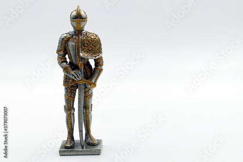 Photo Medieval Knight in silver and gold armour with sword with board to write
