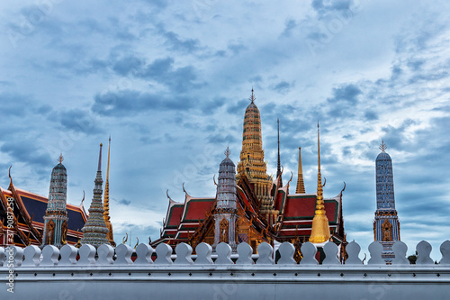 Papel de parede The beauty of the Emerald Buddha Temple and the Grand Palace at twilight,This is
