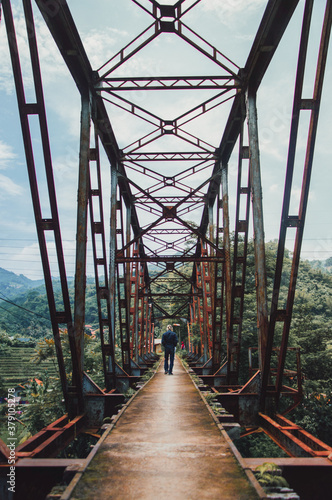 Obrazy powiększające wnętrze   bridge-over-the-river