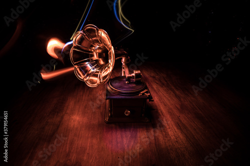 Photo Old gramophone on a dark background. Music concept