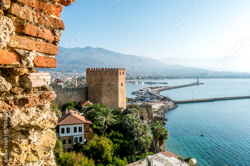 Photo View of the walls of the ancient fortress and the tower of Kyzyl Kule in Alanya