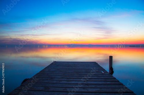 paisaje de un embarcadero en el lago al anochecer