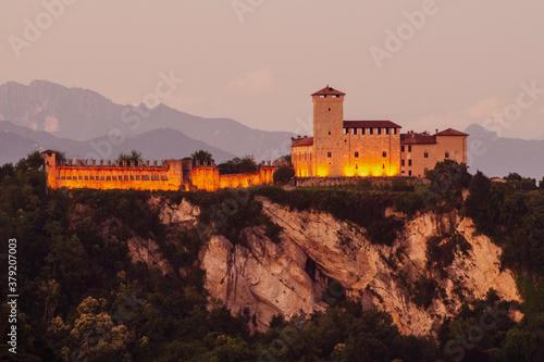 Fotografering Rocca Borromea di Angera (VA), Lago Maggiore, Lombardia, Italia.