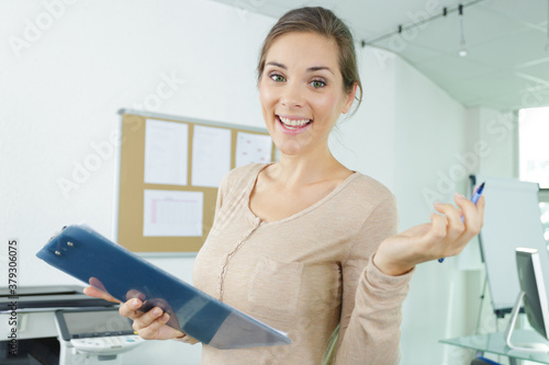 Fototapeta young business woman with clipboard in the the office obraz