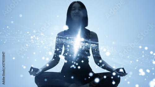 マインドフルネス 精神統一 瞑想をする女性