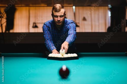 Photo Playing billiard - Close-up shot of a man playing billiard