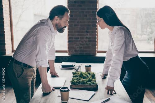 Carta da parati Profile photo of two colleagues have misunderstanding disagreement conflict stan