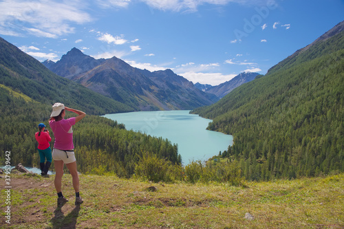 Photo Women admire the beautiful mountain lake