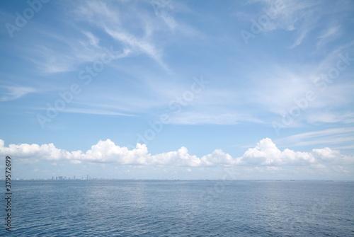 東京湾、夏の雲と海と空 Fototapet