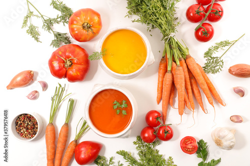 Fotografiet bowl of vegetable soup with fresh ingredient
