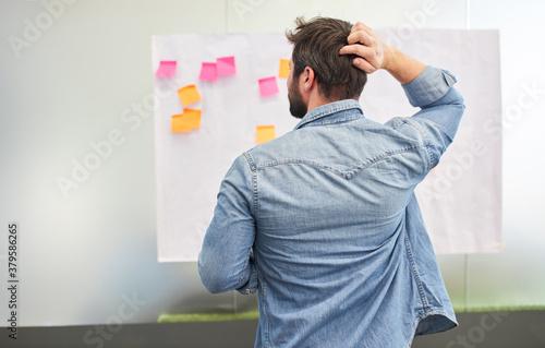 Nachdenklicher Business Mann beim Brainstorming #379586265