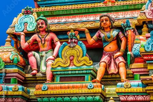 Foto Sculptures de divinités hindoues sur façade de temple indien