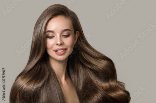Fotografía portrait of beautiful smiling brunette woman with wavy hair
