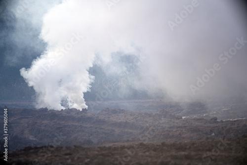 Photo A smoke bomb on the battlefield. Smoke bombs action.