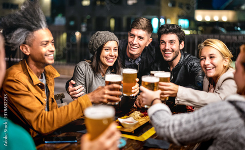Obraz Happy friends group drinking beer at brewery bar out doors - Friendship lifestyle concept with young people enjoying time together at open air pub - Selective focus on girl with hat - fototapety do salonu