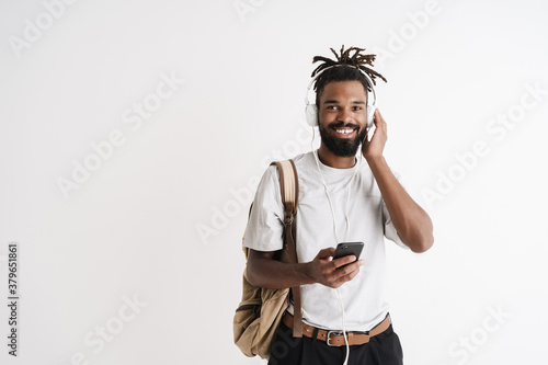Fotografía Photo of joyful african american guy using mobile phone and headphones