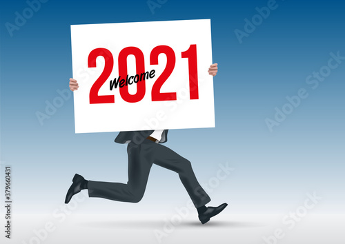 Vászonkép Pour présenter la future stratégie d'une entreprise, un homme d'affaire cours en portant une pancarte blanche sur laquelle est écrit bienvenue à l'année 2021