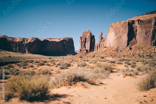 Fotografía Sandstone desert and tall rocks around
